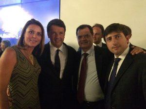(da esquerda) dep. Renata Bueno, o Primeiro Ministro, Matteo Renzi, o dep. Fabio Porta e o editor da Revista Comunità Italiana, Pietro Petraglia.